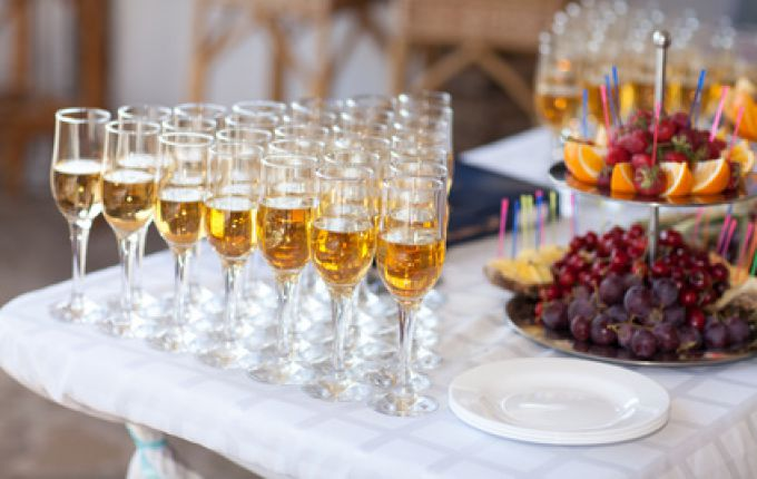 Babyfee - Sektempfang / champagne glasses on wedding table, party © armina